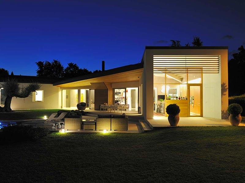 Una casa moderna woodbau for Casa moderna treviso